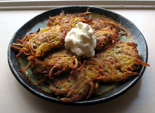 http://thepartyzip.files.wordpress.com/2010/11/potato-latkes1.jpg
